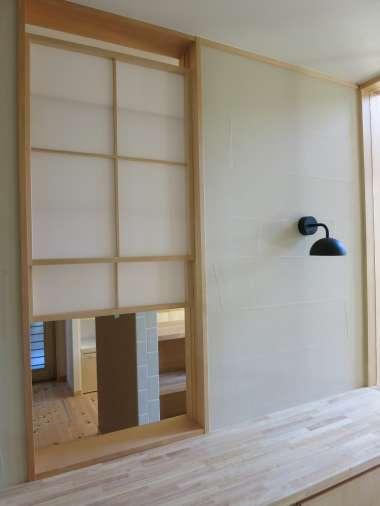 玄関とリビング間に上げ下げ窓