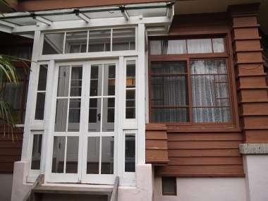 白く塗りつぶされたパーゴラと窓枠